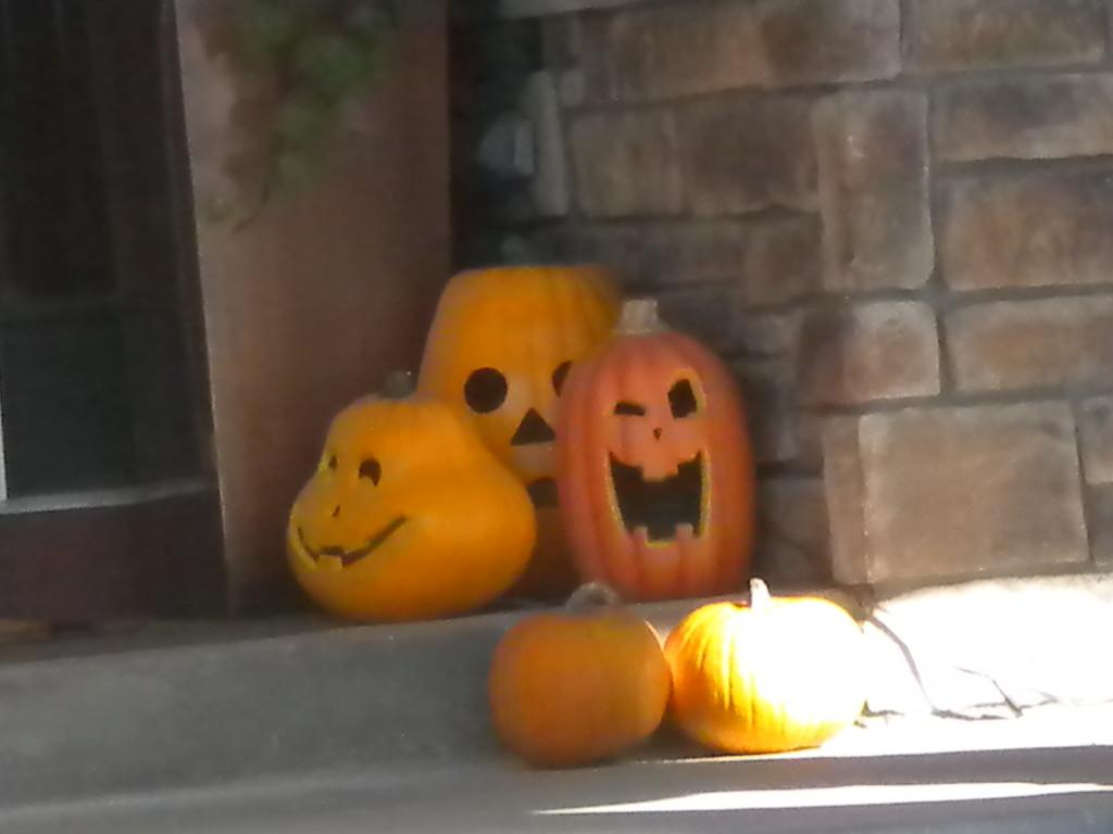 happy pumpkin family